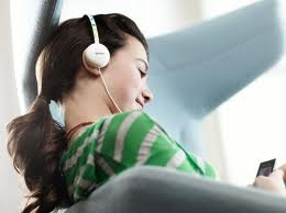 auriculares joven